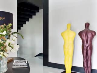 SA&V - SAARANHA&VASCONCELOS 現代風玄關、走廊與階梯