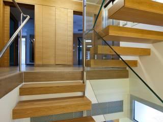 Can Roig Pasillos, vestíbulos y escaleras de estilo moderno de Rios-Casariego Arquitectos Moderno