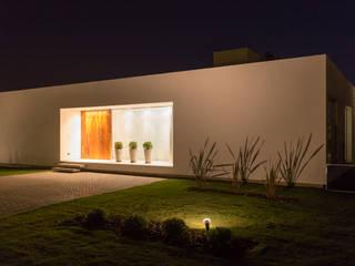 modern Houses by VISMARACORSI ARQUITECTOS