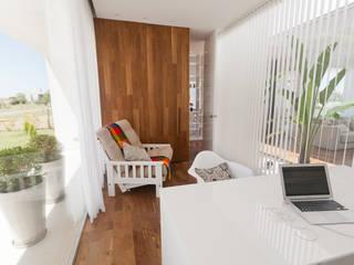 Casa C Puerto Roldan Balcones y terrazas modernos: Ideas, imágenes y decoración de VISMARACORSI ARQUITECTOS Moderno