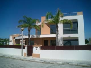 Moradia Unifamiliar com piscina: Casas  por Garcez- Arquitectos Associados,LDA