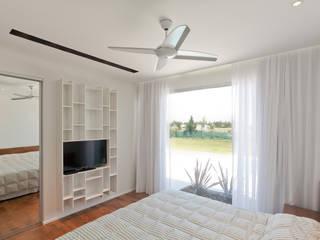 Casa C Puerto Roldan Dormitorios modernos: Ideas, imágenes y decoración de VISMARACORSI ARQUITECTOS Moderno