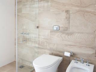 モダンスタイルの お風呂 の VISMARACORSI ARQUITECTOS モダン