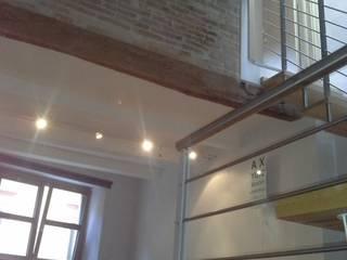 LOFT VERTICALE a MACERATA: Soggiorno in stile  di serenella ottone studio