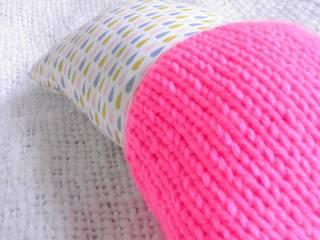 Coussin décoratif coton et laine fluo par Les Petits Pois Sucrés Éclectique