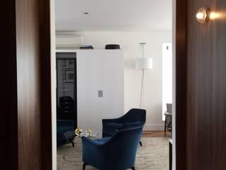 residência RV Corredores, halls e escadas modernos por Studio Marcio Michaluá Moderno