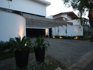 HZ Paisagismo Tropical style garage/shed