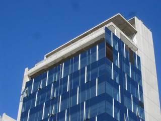 Edificio de oficinas Libertador 6680 Puertas y ventanas modernas de mm ARQUITECTOS Moderno