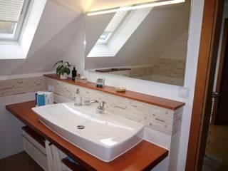 Der neue Waschplatz mit Lichtspiegel von MINETTI: mediterrane Badezimmer von badplan.de