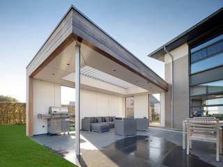 Beechfield Road | UmbrisbyIQ Balcones y terrazas modernos de IQ Outdoor Living Moderno Aluminio/Cinc