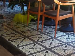 Karosiman Desenli Yer Karoları Paredes y pisos de estilo minimalista Piedra
