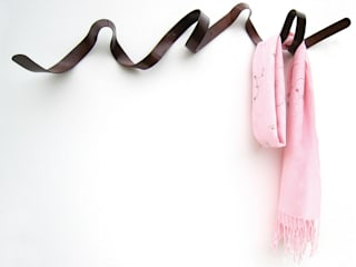 Ribbon Coat Rack di HeadSprung Ltd Moderno