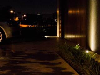 Proyecto en Nordelta Balcones y terrazas modernos: Ideas, imágenes y decoración de DIAZ ILUMINACION Moderno