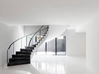 Pasillos, vestíbulos y escaleras modernos de a caixa negra Moderno