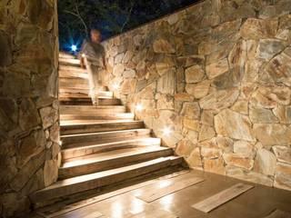 Arq. Santiago Viale Lescano Modern Corridor, Hallway and Staircase