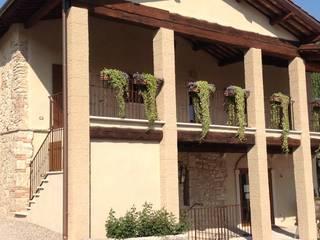ANNESSO RUSTICO DI VILLA DELLA TORRE: Case in stile in stile Rustico di Studio Feiffer & Raimondi