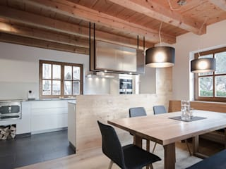 Planung und Umsetzung eines Koch- und Essbereiches in Wagrain:  Esszimmer von FRAME Innenarchitektur
