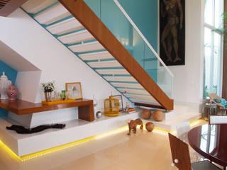 Casa Knittel: Corredores e halls de entrada  por 360arquitetura,