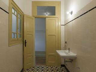 Quarto de Banho: Casas de banho clássicas por Inês Pimentel Arquitectura
