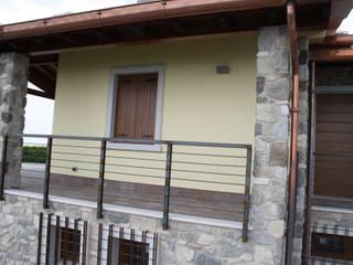 Un rifugio in Collina Balcone, Veranda & Terrazza in stile rurale di STUDIO TECNICO GEOMETRA SUGAN DENIS Rurale