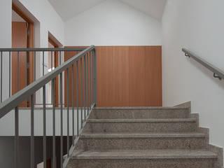 Reabilitação Casa junto ao Rio: Corredores e halls de entrada  por Marques Franco Arquitectos