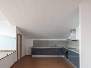 Reabilitação Casa junto ao Rio Cozinhas minimalistas por Marques Franco Arquitectos Minimalista