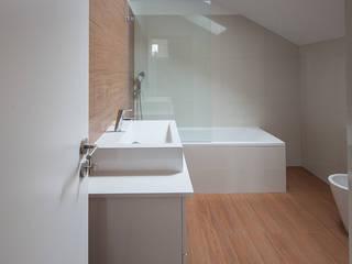Reabilitação Casa junto ao Rio Casas de banho minimalistas por Marques Franco Arquitectos Minimalista