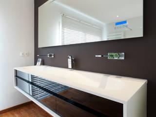 Meuble suspendu design : Salle de bain de style  par LA CUISINE DANS LE BAIN SK CONCEPT