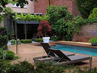 Bamboe decking bij inloopzwembad: moderne Tuin door Guy Wolfs Hoveniersbedrijf