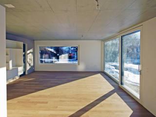 Anbau Annexe Corgémont:  Wohnzimmer von A+P Architektur und Planung GmbH