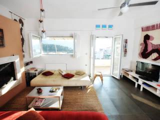 AP penthouse: Soggiorno in stile in stile Mediterraneo di studio matteo fieni