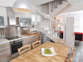 AP penthouse: Sala da pranzo in stile in stile Mediterraneo di studio matteo fieni