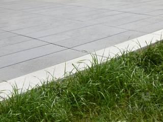 Nowoczesne naiwerchnie z betonu: styl , w kategorii Taras zaprojektowany przez Modern Line