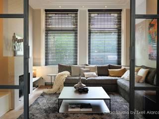doorkijk naar zithoek Moderne woonkamers van choc studio interieur Modern