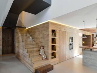 Casa em S. Pedro do Estoril: Corredores e halls de entrada  por Ricardo Moreno Arquitectos
