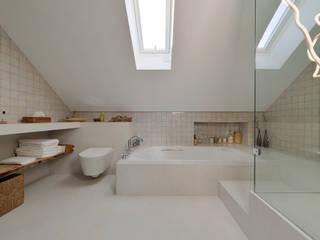 Casa em S. Pedro do Estoril: Casas de banho  por Ricardo Moreno Arquitectos