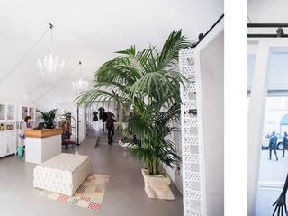 Minimalist corridor, hallway & stairs by labzona Minimalist