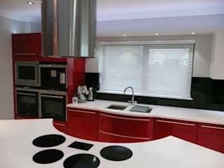 Amazing red Apartment Nhà bếp phong cách hiện đại bởi PTC Kitchens Hiện đại