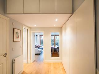 RUDALL CRESCENT, NW3. Couloir, entrée, escaliers modernes par XUL Architecture Moderne