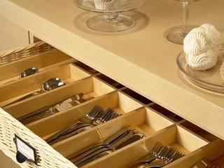 Cubertero en cajón de mimbre Cocinas de estilo moderno de DEULONDER arquitectura domestica Moderno