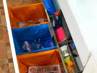 Cubos de reciclaje bajo la fregadera Cocinas de estilo moderno de DEULONDER arquitectura domestica Moderno