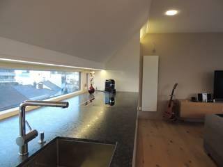 Wohn/Ess/Koch- und Arbeitsraum: moderne Küche von Hergan Architektur
