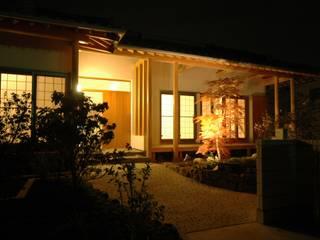 アプローチ: 合同会社 栗原弘建築設計事務所が手掛けた廊下 & 玄関です。