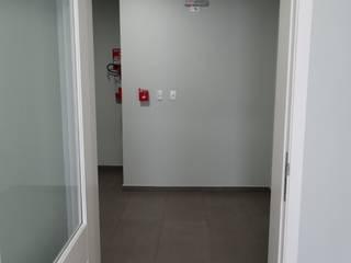 Pasillos, vestíbulos y escaleras de estilo moderno de studio jk design Moderno