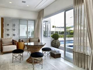 eclectic Media room by Bianka Mugnatto Design de Interiores