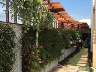 Pérgola :  Garden by maispaisagem