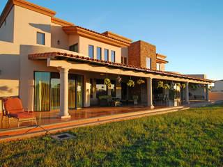 Vista de Fachada posterior: Casas de estilo moderno por Acrópolis Arquitectura