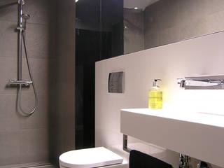 mieszkanie grafitowe : styl , w kategorii Łazienka zaprojektowany przez Archomega