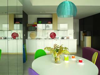 mieszkanie w żywych kolorach Moderne Esszimmer von Archomega Modern