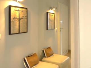 salon i kominek Moderner Flur, Diele & Treppenhaus von Archomega Modern